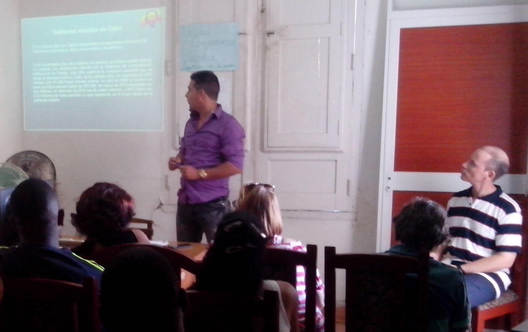 El joven investigador Javier Tamayo expone acerca de uno de los resultados del CLA
