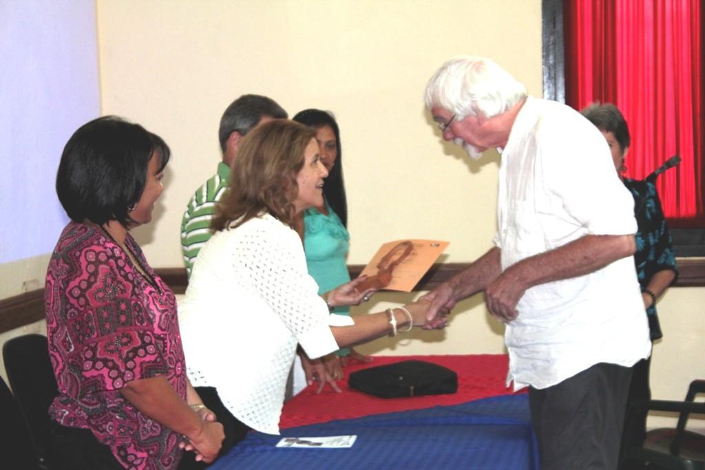 Entrega de certificado a trabajos destacados del evento